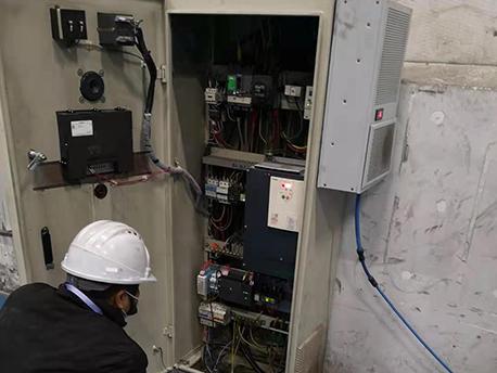 华普拓工程师电气柜改造中